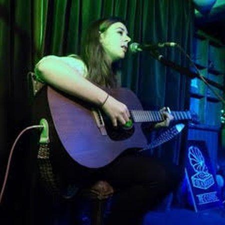 Laura The Wedding Singer - Singer & Guitarist